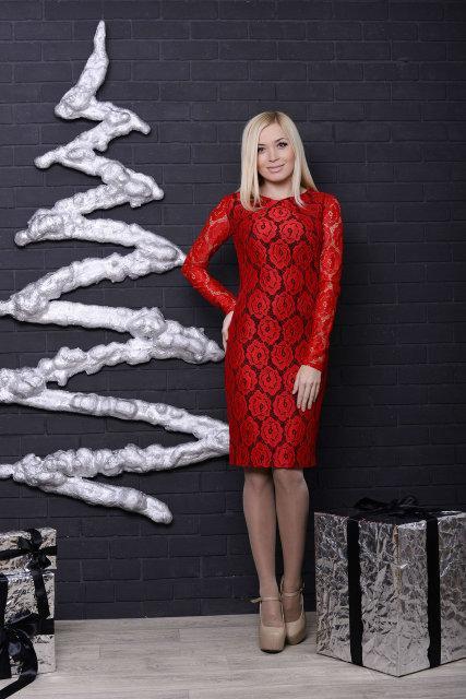Женское трикотажное платье с гипюром красное