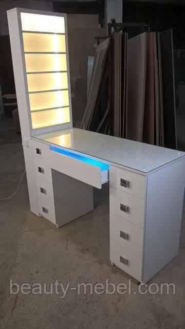 Профессиональный маникюрный стол с бактерицидной УФ-лампой и подсветкой.