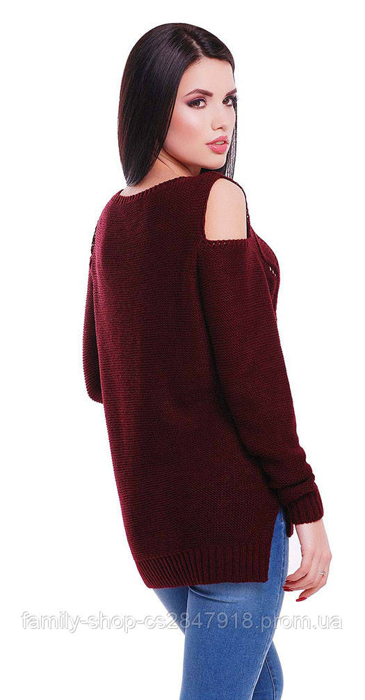 Свитер с открытыми плечами цвета марсала