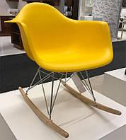 дизайнерское кресло качалка Pc 018r пластиковое на деревянных