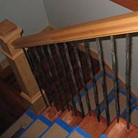 Лестничные деревянные перила с коваными балясинами