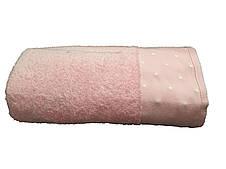 Стильное банное полотенце с отделкой горошек  пудрового оттенка