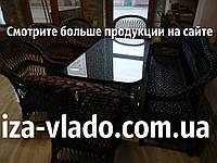 Тёмная плетеная мебель из лозы.
