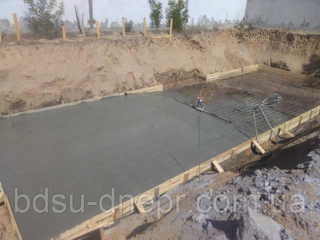 Разравнивание бетонной смеси плавающей виброрейкой