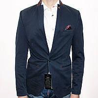 Синий пиджак с красным платком