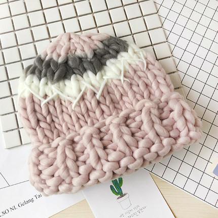 Женская шапка крупной вязки из шерсти мериноса трехцветная розовая