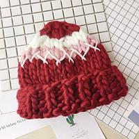 Женская шапка крупной вязки из шерсти мериноса трехцветная красная