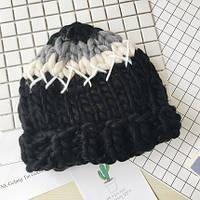 Женская шапка крупной вязки из шерсти мериноса трехцветная черная