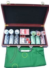Набор для покера из 300 пластиковых фишек с номиналом в деревянном кейсе.