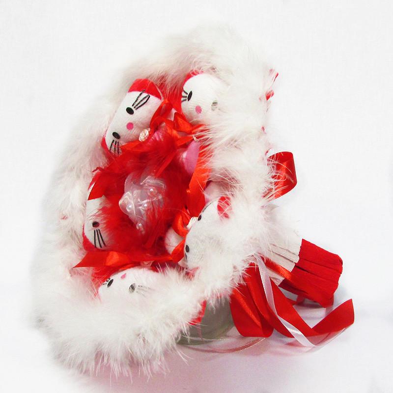 Букет из игрушек Котики 5 красный с белым боа