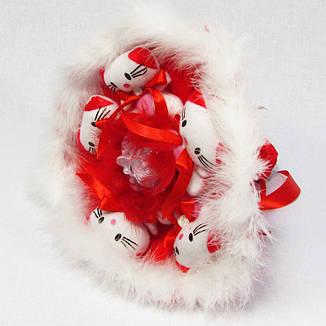Букет из игрушек Котики 5 красный с белым боа, фото 2