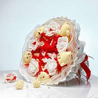 Букет из игрушек Мишки с конфетами Рафаэлло 5 в красно-белом