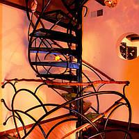 Авторская винтовая лестница с ковкой