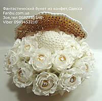 Ракушка с белыми розами и конфетами на жемчужную свадьбу
