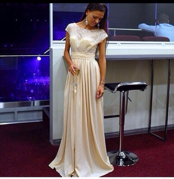 Платье белое,верх гипюр огурцы