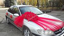 Украшение для машины, из красных лилий.