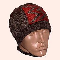 Мужская вязаная зимняя шапка коричневого цвета с апликацией