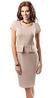 Женское трикотажное платье бежевого цвета с баской. Модель 17038 Enny