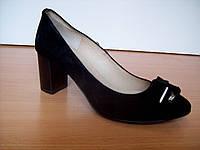 Замшевые черные туфли,средний устойчивый каблук, украшены бантом