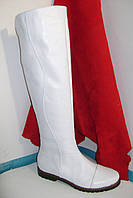 Высокие, белые, кожаные сапоги на плоской подошве.