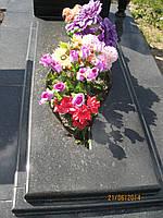 Надгробия из гранита с вирезом в форме капли для цветов