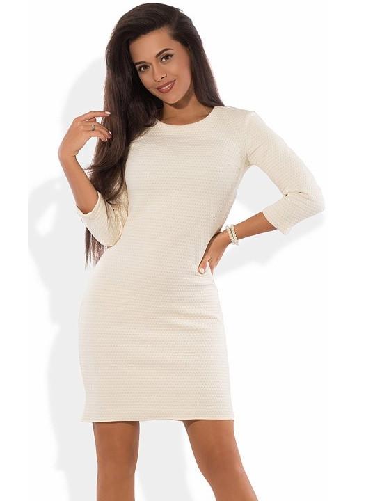 Платье-футляр мини молочного цвета с блеском