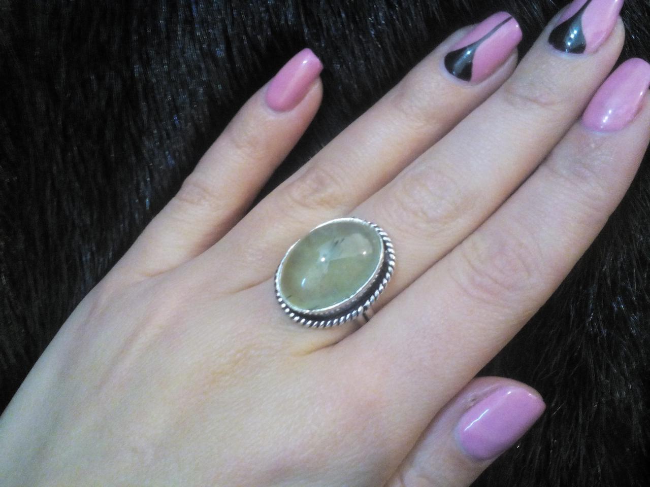 Пренит натуральный кольцо овальное с камнем пренит зеленый гранат в серебре 17.5 размер Индия