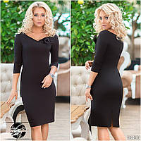 Женское платье черного цвета с брошью на груди. Модель 16490