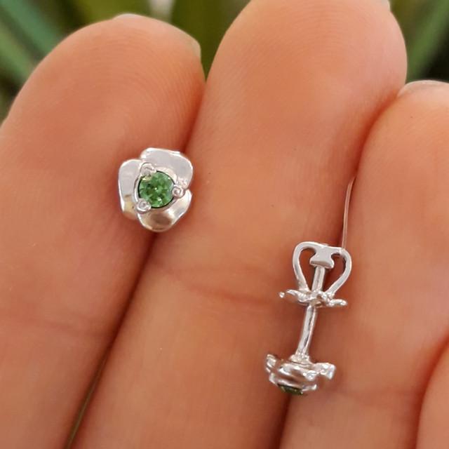 Серебряные серьги пусеты гвоздики с зеленым камнем фото 1