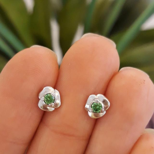 Серебряные серьги пусеты гвоздики с зеленым камнем фото 2