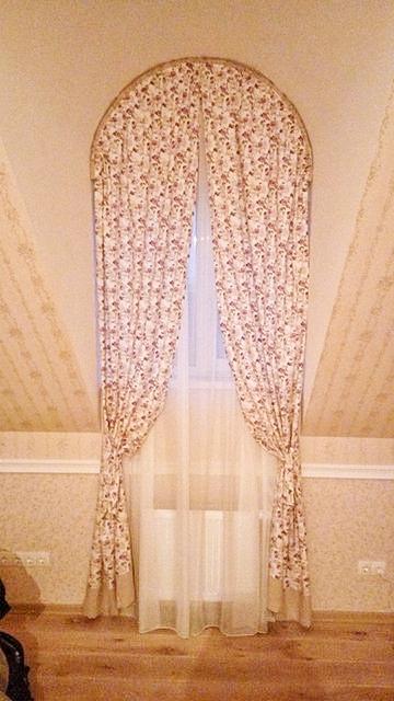 Цветные шторы с кантом на подхвате в арку. Юровка