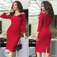 Женское платье красного цвета с брошью на груди. Модель 16495