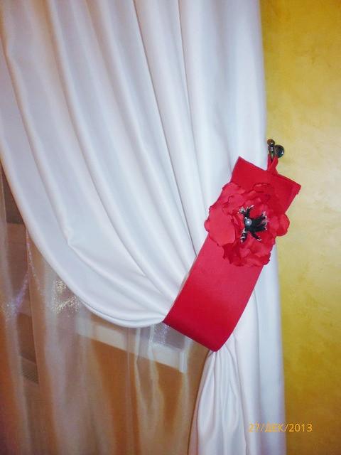 Красный подхват с цветком на шторы в кухню. Крюковщина