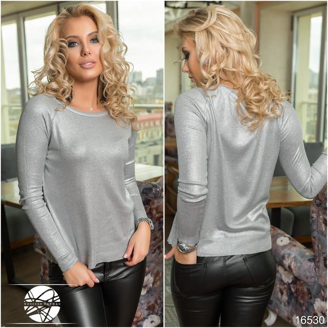 Оригинальный женский джемпер, модного в этом сезоне, серебристого цвета.  Джемпер мелкой вязки с округлым вырезом на горловине, декорированный  люрексовой ... 50d0f766b21