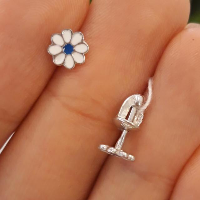 Серебряные серьги пуссеты гвоздики Ромашка с эмалью фото 1