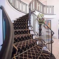 Бетонная лестница в холле с высокими потолками