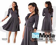Привлекательное высококачественное женское платье оригинального фасона с клешной юбкой серое