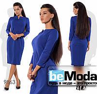 Роскошное женское платье офисного стиля оригинального фасона с привлекательным вырезом синее