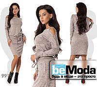 Красивое женское платье модного фасона с вырезами на плечах бежевое
