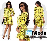 Эффектное яркое женское платье с оригинальным принтом из звездочек и удлиненным задом желтое