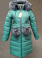 Теплая зимняя  подростковая куртка с капюшоном и меховыми помпонами.