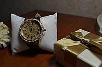 Часы наручные коричневого цвета с камнями