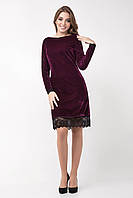 Яркое велюровое женское платье украшено кружевом, фуксия