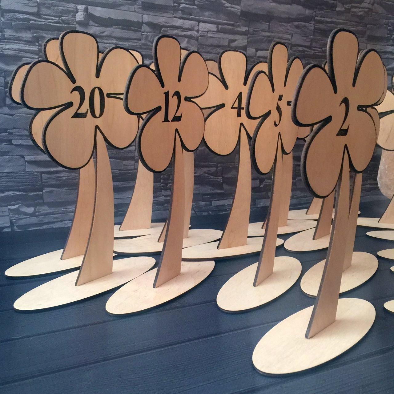 Номерки на столы из дерева для гостей