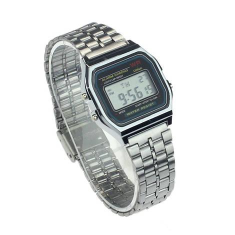 Классические электронные часы серебряного цвета
