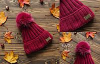 Тёплая женская шапка с бубоном на флисе малинового цвета