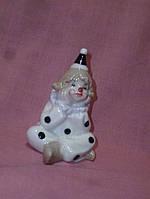 Клоун фарфоровый задумчивый статуэтка сувенир 9,5 см