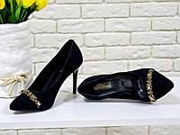 Туфли на каблуке из натуральной замши черного цвета украшены кристаллами дымчатого цвета, коллекция Весна-Лето 2017, Т-1704