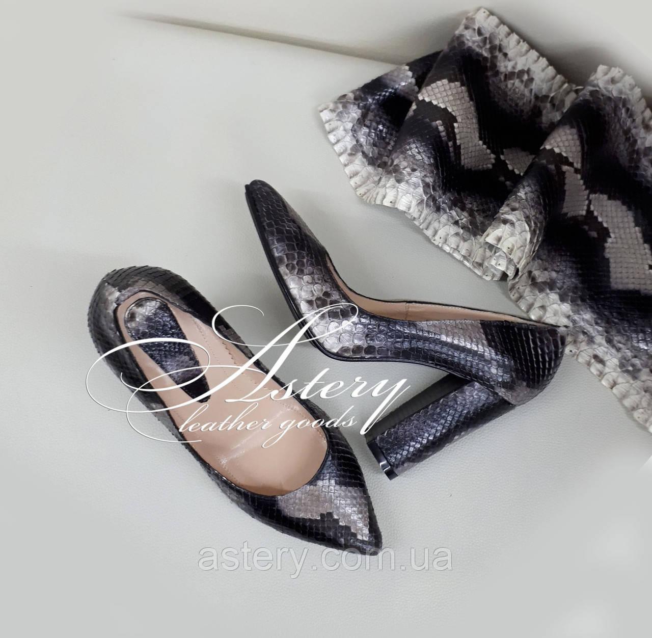 Жіночі сірі туфлі з пітона на товстому каблуці
