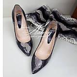 Жіночі сірі туфлі з пітона на товстому каблуці, фото 3